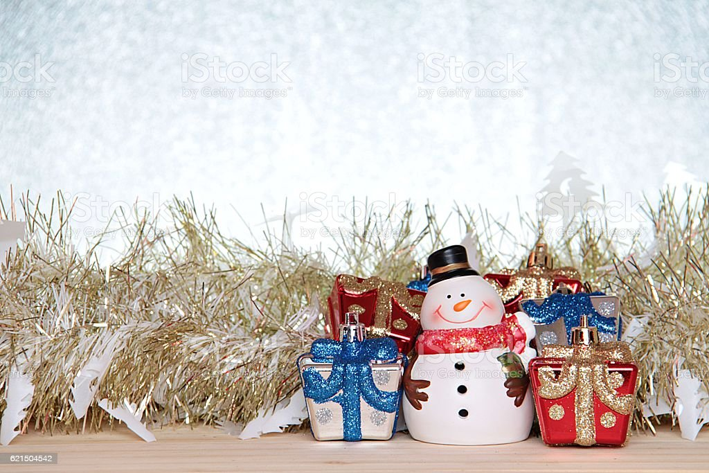 Snowman, christmas decorate on wood, silver glitter background Lizenzfreies stock-foto
