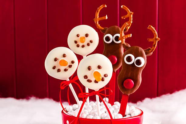 von schneemännern und rentier cake pops - lutscher cookies stock-fotos und bilder