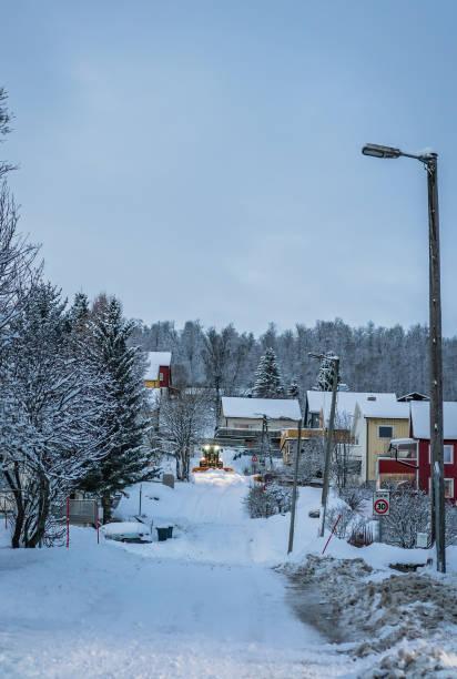 schneepflug räumt straßen vom schnee - dunkle flecken entferner stock-fotos und bilder