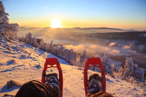 snowshoe sunset - raquette photos et images de collection