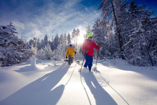 Schneeschuhwandern am sonnigen Tag. – Foto