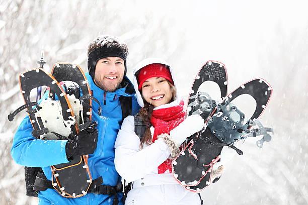 couple de randonnée en raquettes en hiver - raquette photos et images de collection