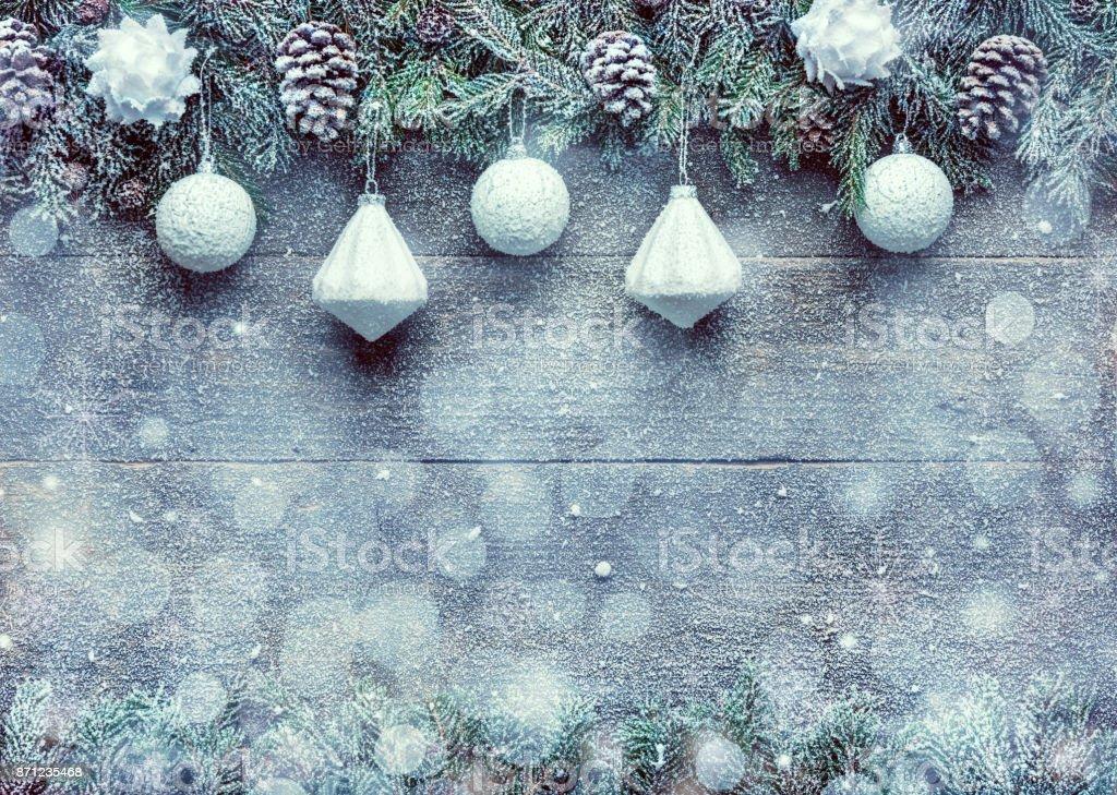 Verschneite Weihnachten Hintergrund, Tanne Äste mit Tannenzapfen und Xmas Kugeln auf hölzernen Hintergrund, festliche Banner mit Textfreiraum – Foto