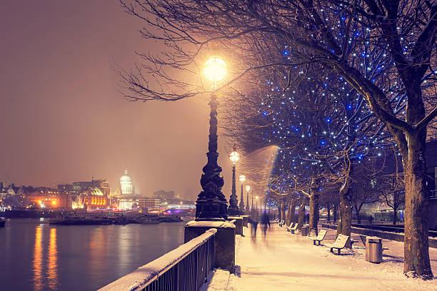 schnee weihnachten in london - weihnachtsstadt stock-fotos und bilder