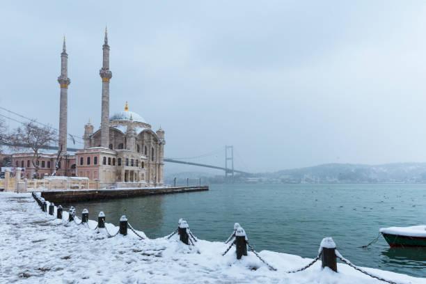 Karlı gün Ortaköy, Istanbul, Türkiye. Ortaköy Camii ve Boğaziçi Köprüsü görünümünü. stok fotoğrafı