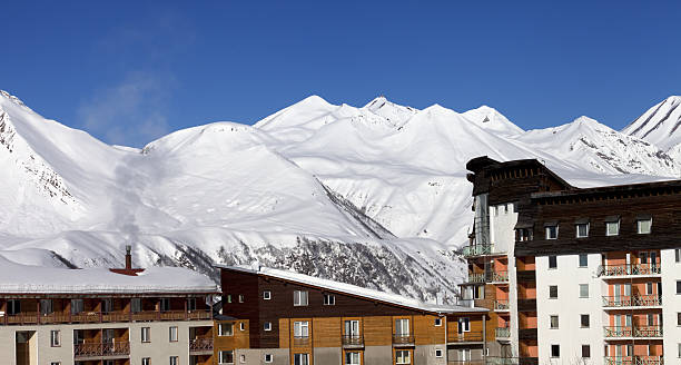 Hotel di neve in inverno montagne a nice day - foto stock