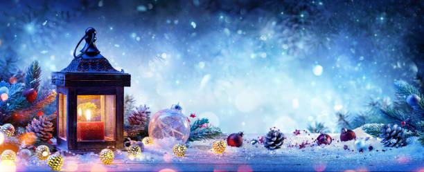 lanterna nevada com ramos de abeto e bugigangas - cartão de natal - lanterna - fotografias e filmes do acervo