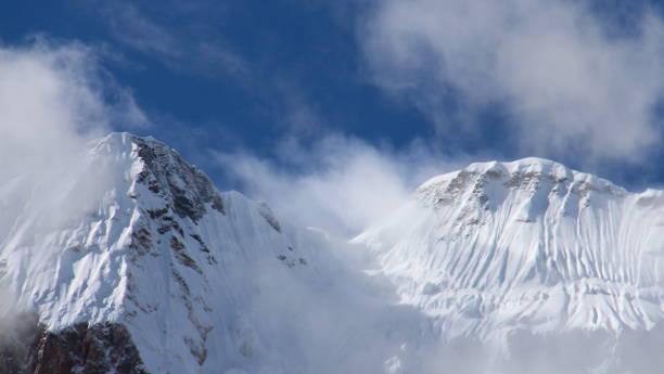 karlı dağ zirveleri mavi gökyüzü ve beyaz bulutlar altında - ganzi tibet özerk bölgesi stok fotoğraflar ve resimler