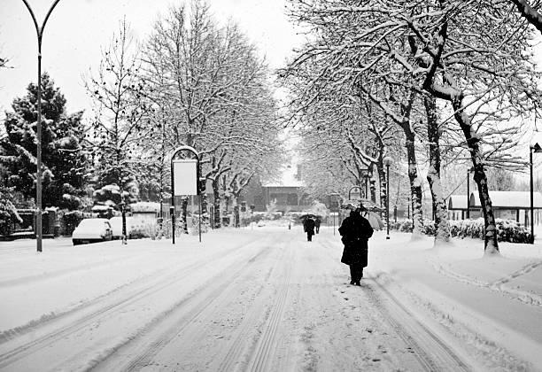 Verschneite Straße mit Menschen zu Fuß. Schwarz und Weiß – Foto