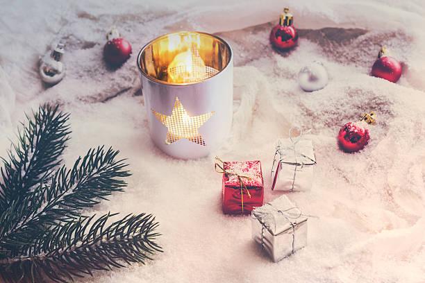 snowy vintage christmas decoration with lantern - schal mit sternen stock-fotos und bilder