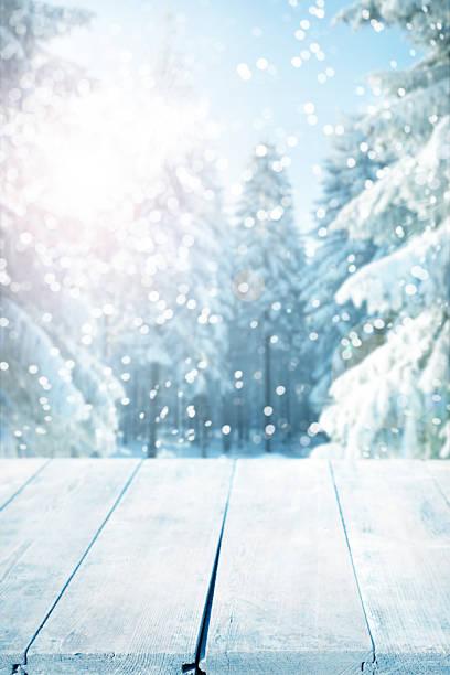 snowy winter background with empty wooden planks - es schneit text stock-fotos und bilder
