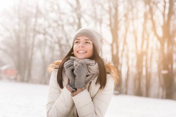 schnee winter tag - mützenschal stock-fotos und bilder