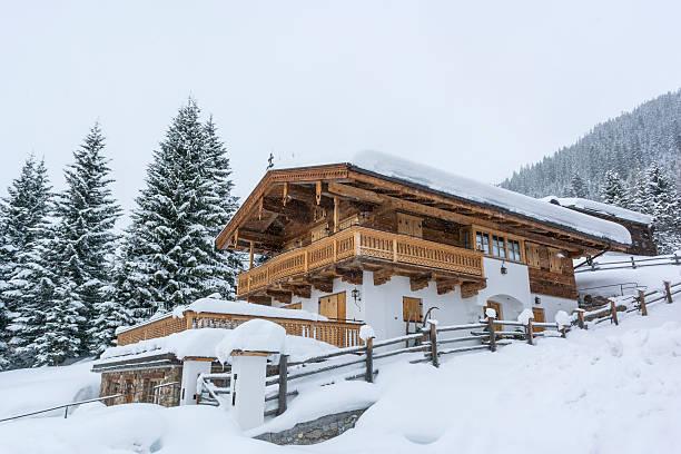 schnee winter ski resort, chalet - ferienwohnung dorf tirol stock-fotos und bilder