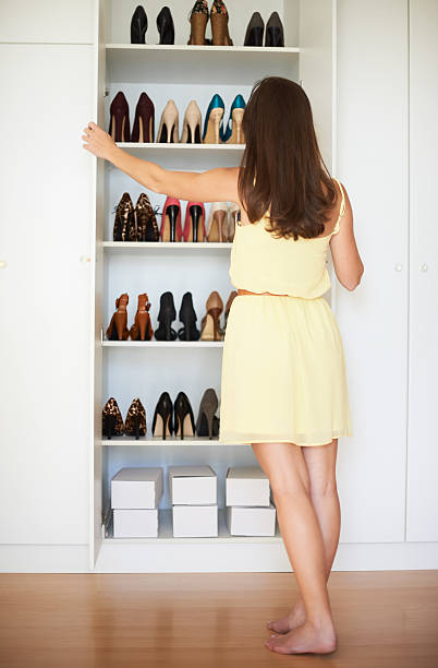 so viele möglichkeiten. - garderobe mit schuhschrank stock-fotos und bilder