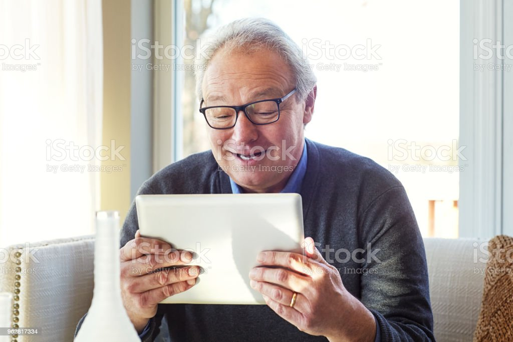 So much interesting things to see online - Foto stock royalty-free di 60-69 anni