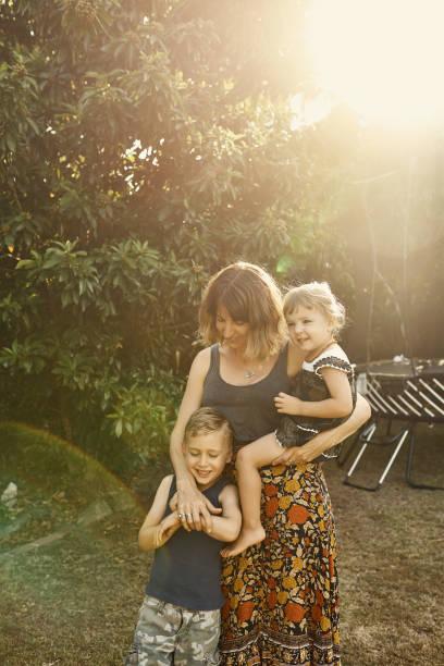 so much love - mãe criança brincar relva efeito de refração de luz imagens e fotografias de stock