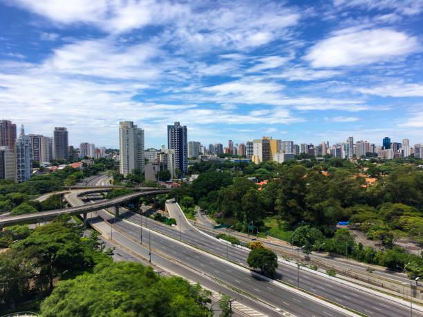 Skyline von São Paulo in der Nähe von öffentlichen Park Ibirapuera. Niemand auf der Straße. – Foto
