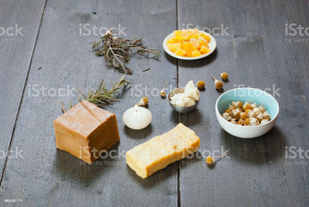 Savon, cire d'abeille, beurre de karité - Photo de Acier libre de droits
