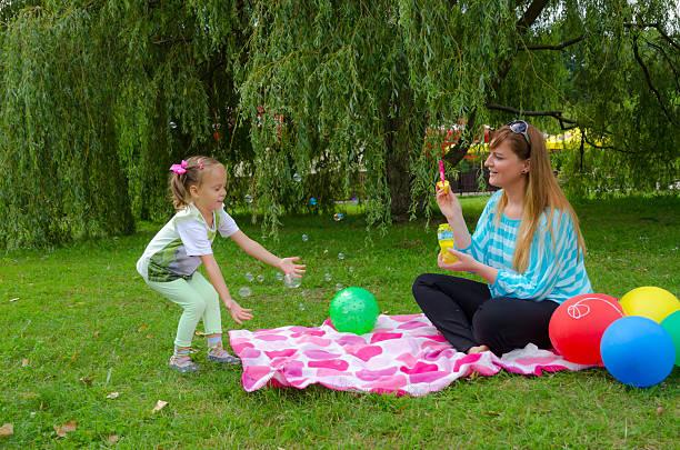 soap bubble - hochzeitsspiele eltern stock-fotos und bilder