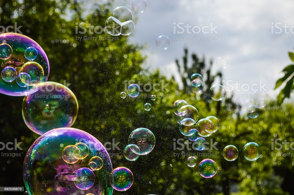 soap bubbles floating on green garden background - foto de stock