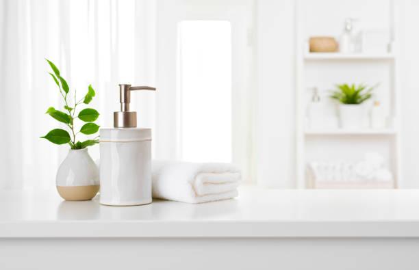 dispensador de sabão e toalha de spa no interior da janela do banheiro pastel - banheiro estrutura construída - fotografias e filmes do acervo