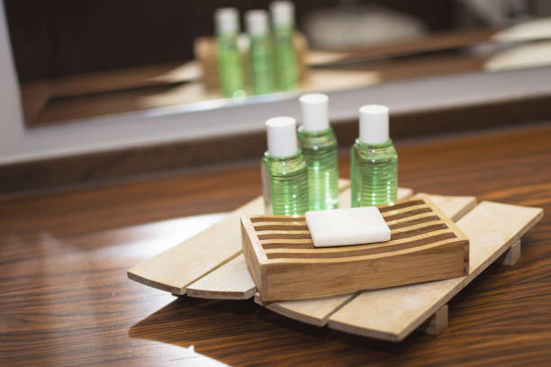 sabonetes na banheira do hotel - shampoo - fotografias e filmes do acervo