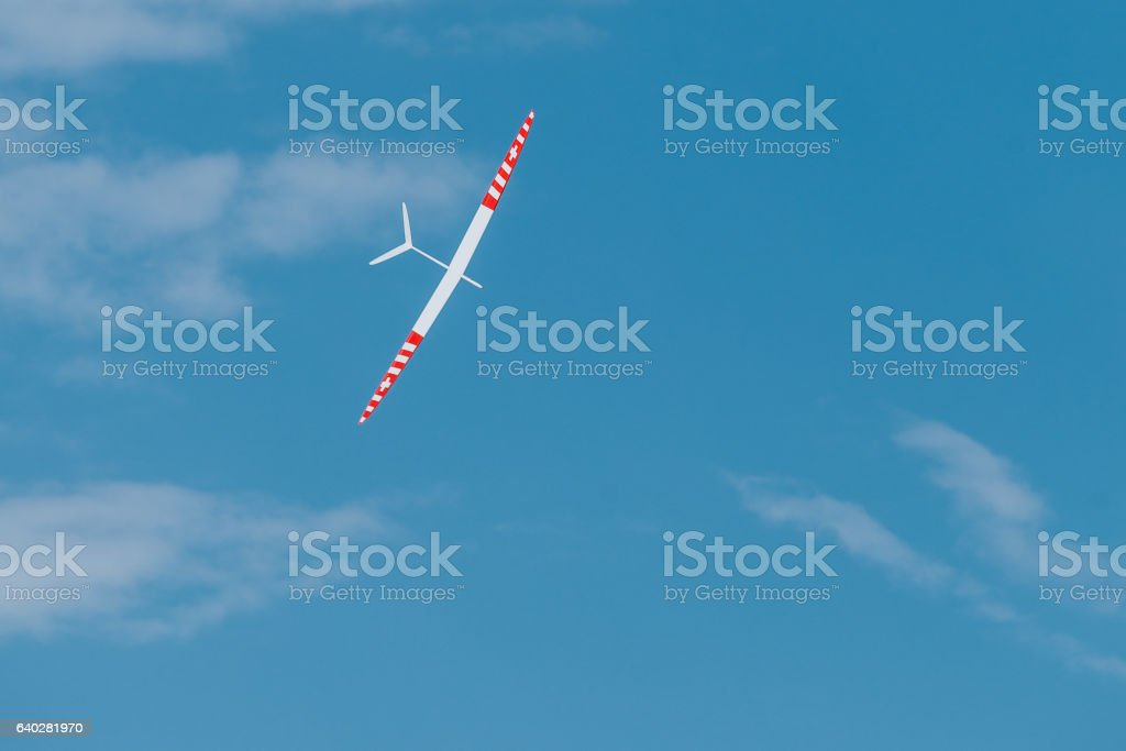 RC soaring plane on blue sky - foto stock