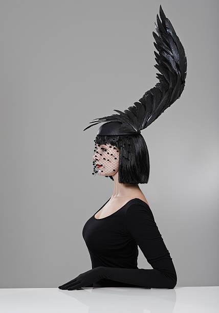 hohe zu neuen höhen in der mode - gothic kleid stock-fotos und bilder