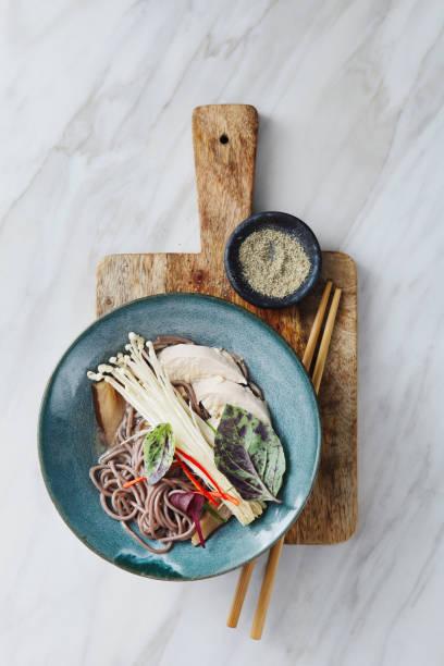 soba-nudelsuppe mit huhn und japanischen pilz - gesunde huhn pasta stock-fotos und bilder