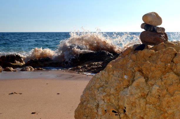 so genannte kleine portugiesische sandmann warten auf die flut - sandmann stock-fotos und bilder