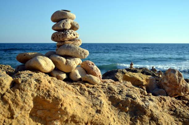 sogenannten sandman am portugiesischen strand - sandmann stock-fotos und bilder