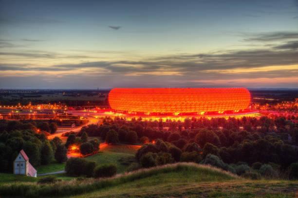 fußball arena münchen - bayern fußball heute stock-fotos und bilder