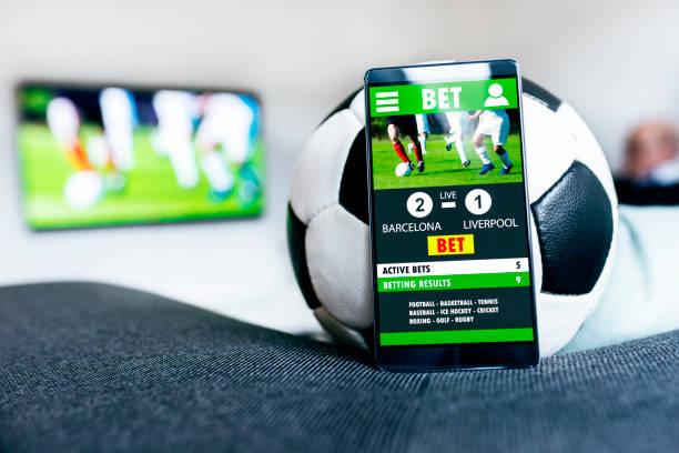 Ballon de soccer et de téléphone portable avec app à côté de Paris - Photo