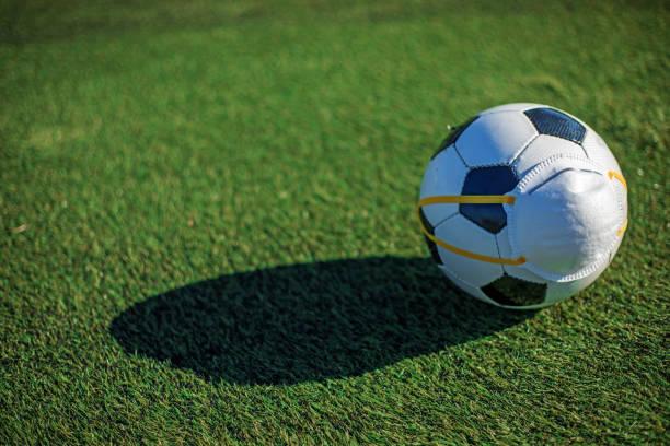 Fußball und Virusmaske – Foto