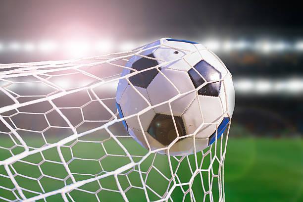 soccer ball Sumérjase en la red, en el estadio concepto de éxito objetivo - foto de stock