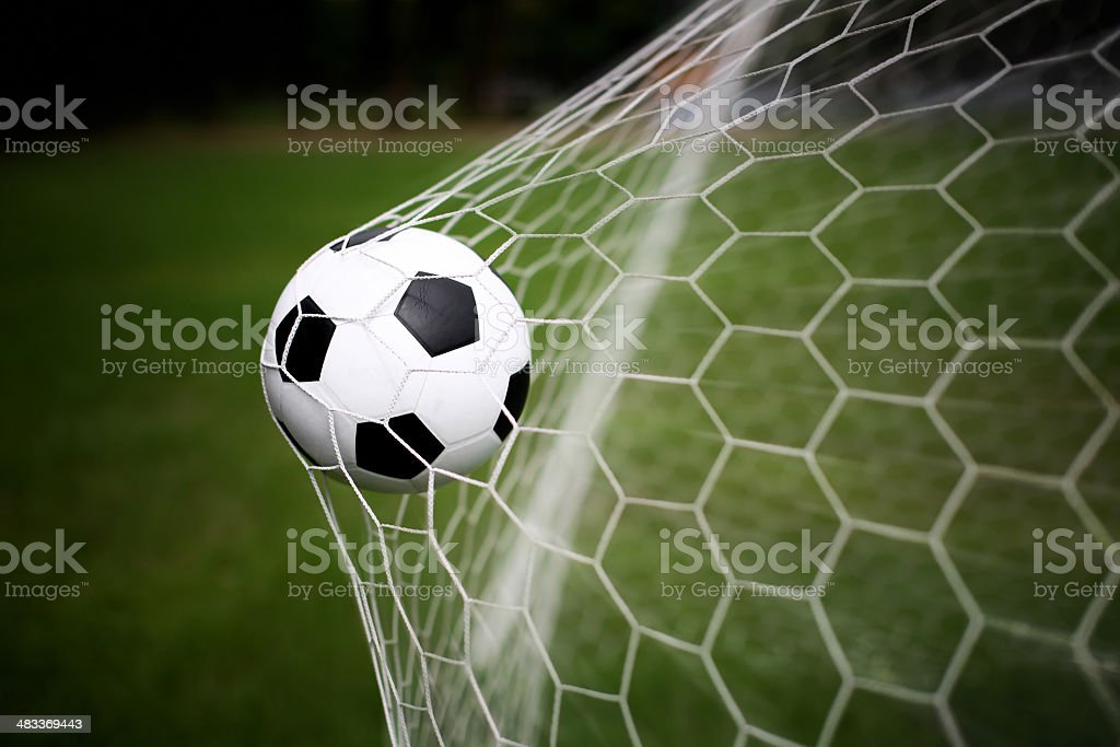 bola de futebol no gol - foto de acervo