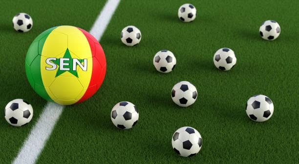 Bola de futebol em Senegals cores nacionais em um campo de futebol. Renderização 3D - foto de acervo