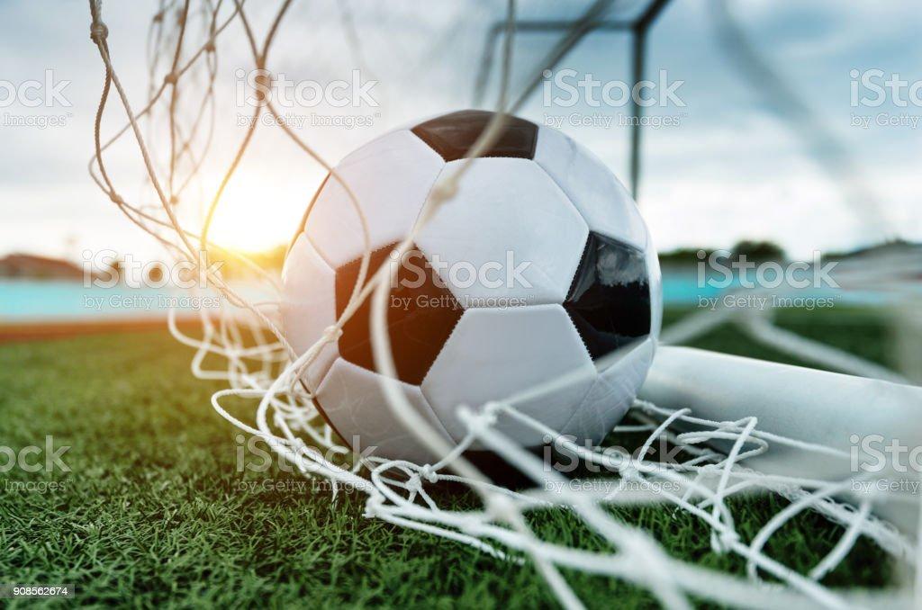 Soccer ball in das Tor – Foto