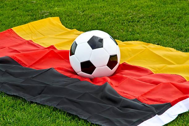 fußball ball auf einem deutschen flagge - fußball bundesliga live stock-fotos und bilder