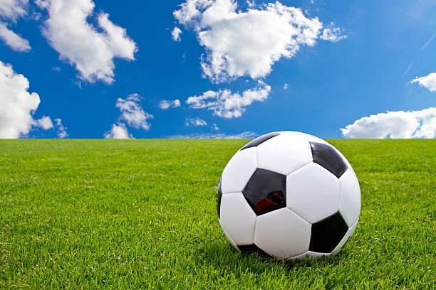 Fußball ball auf grünem Gras – Foto