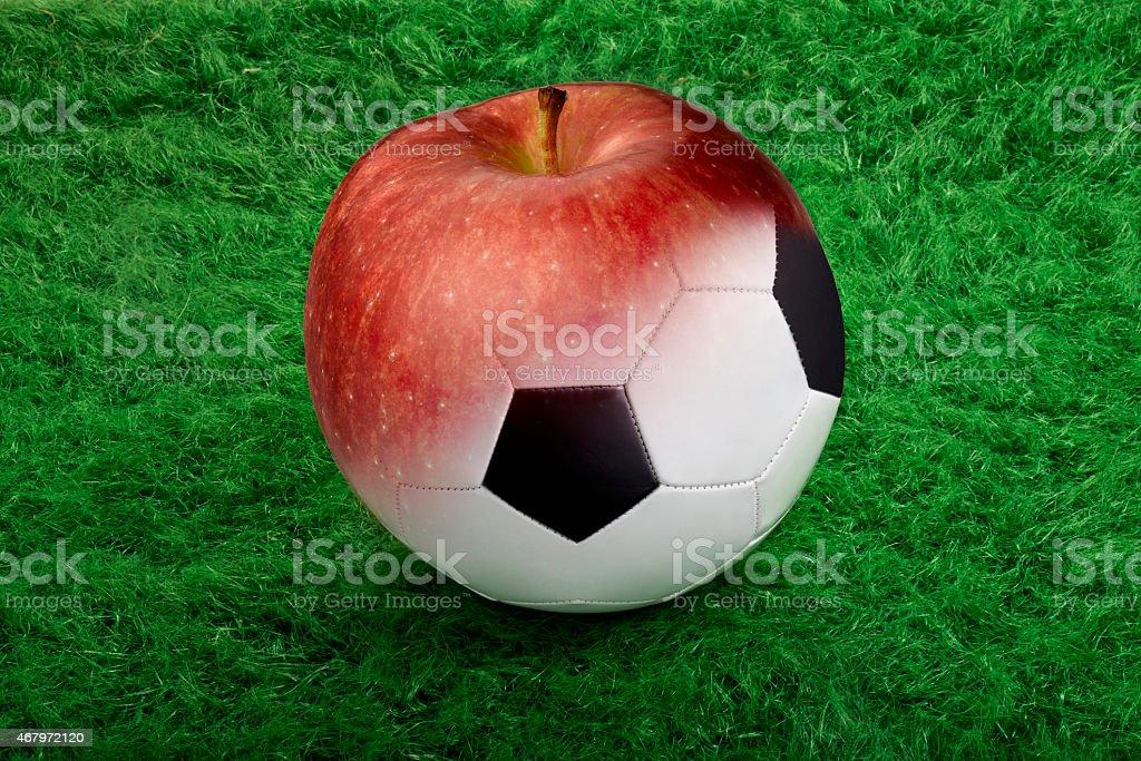 Fußball ball auf grünem Gras zu apple – Foto