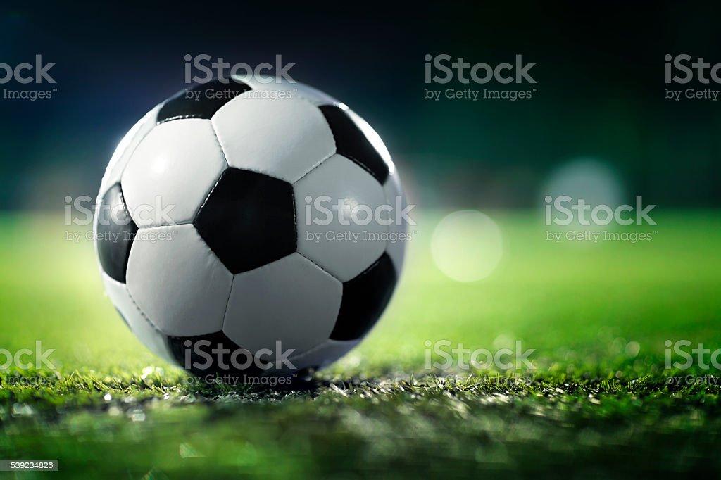 Pelota de fútbol en el campo de los deportes foto de stock libre de derechos