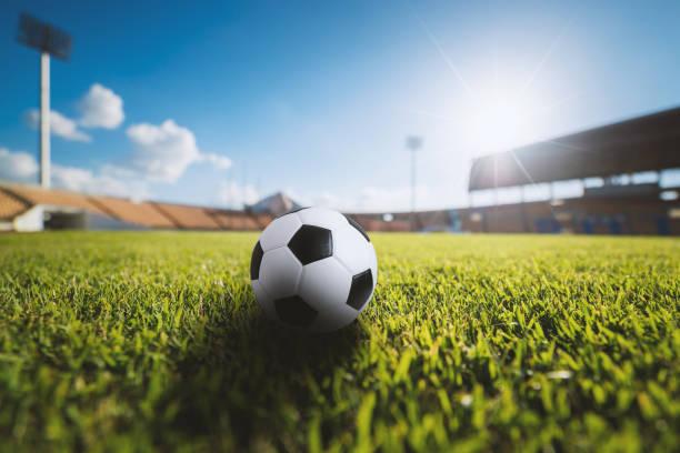 Fußball auf dem Rasen im Fußballstadion – Foto