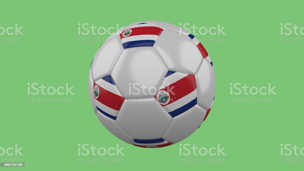 Balón de fútbol con el aislante de la bandera de Costa Rica sobre un fondo verde, 3D rendering - foto de stock
