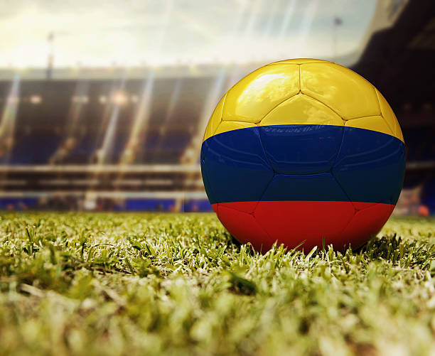 pelota de fútbol con la bandera de colombia - bandera colombiana fotografías e imágenes de stock