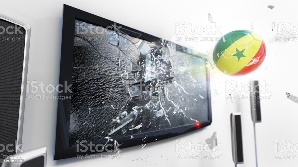 Bola de futebol com a bandeira do Senegal chutou através de uma tela de tv quebrando. (Série de renderização 3D) - foto de acervo