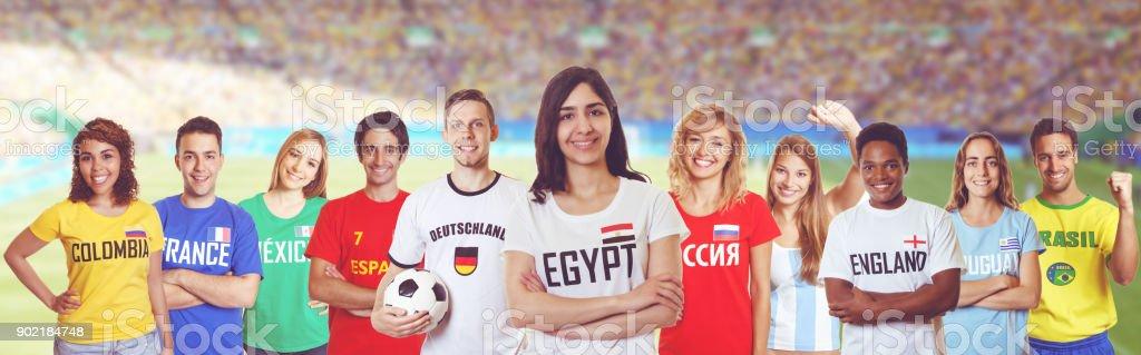 Ventilador de fútbol de Egipto con los fanáticos de otros países - foto de stock