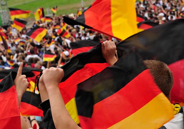 Fußball-Fan im Stadion winkt deutschen Flagge. – Foto