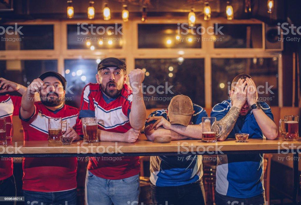 Aficionados al fútbol en el pub - Foto de stock de Abrazar libre de derechos