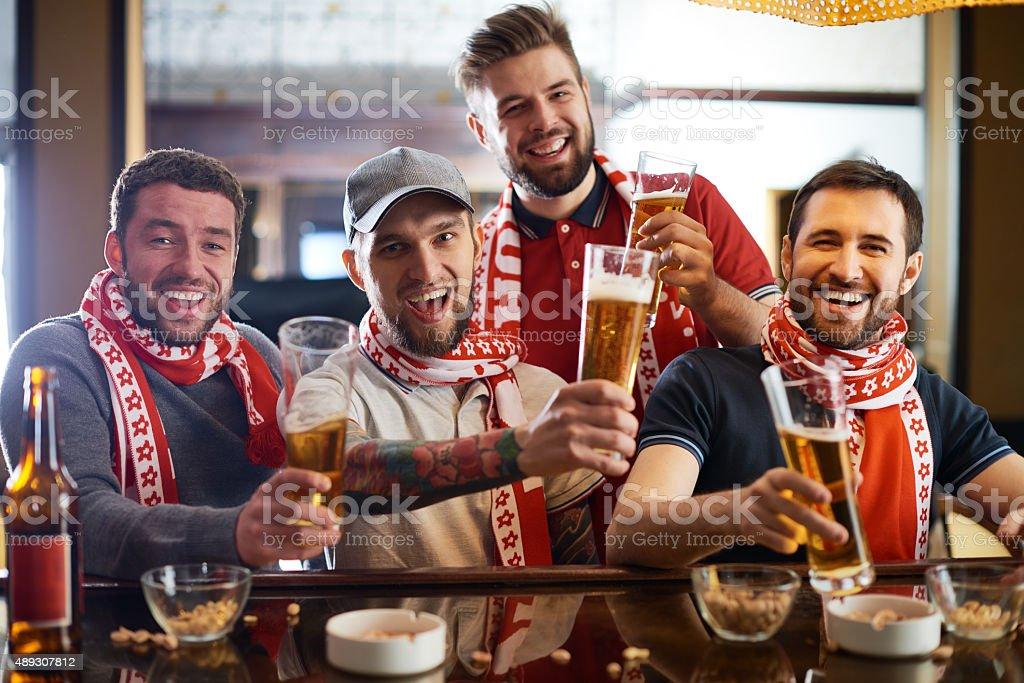 Os fãs de futebol - foto de acervo
